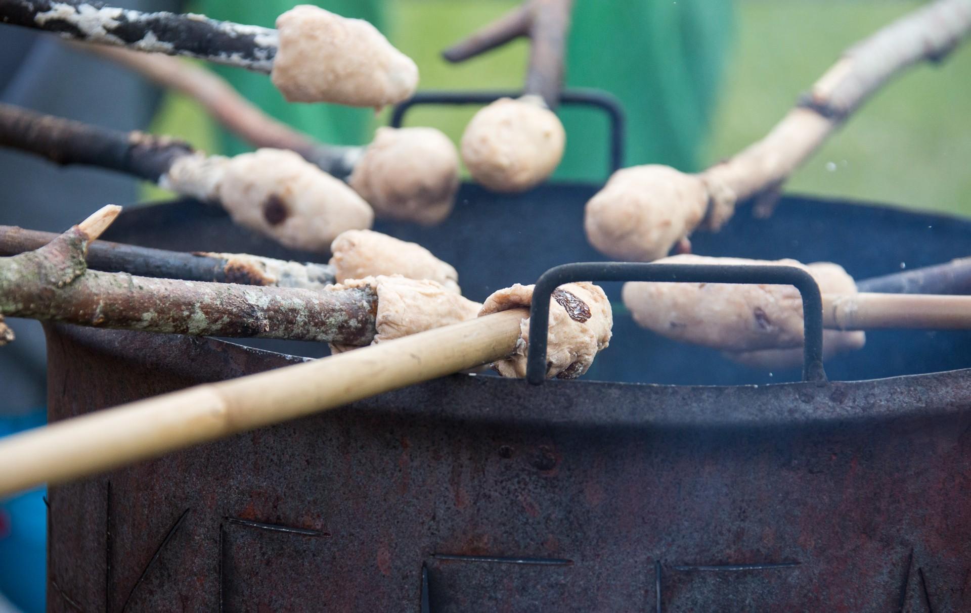 broodjes bakken bij kampvuur