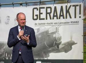 Onthulling van Lancaster expositie en zwaluwhaven door Arno Brok, commissaris van de Koning in de provincie Friesland