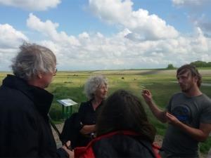 Uitleg over het experiment bij een veldexcursie door Mans Schepers