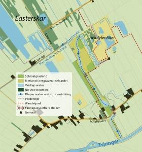 De blauwe lijn laat de nieuwe route van het water zien. Vanaf de Tjonger stroomt het naar het Easterskar. Het gemaal wordt overbodig, omdat het nieuwe riviertje de taak overneemt. De sloot heeft natuurvriendelijke oevers. Nieuwsgierig? Vanaf de rode lijn die het wandelpad weergeeft, is de nieuwe verbindingszone te zien.