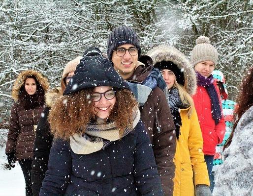 Mensen wandelen in de sneeuw