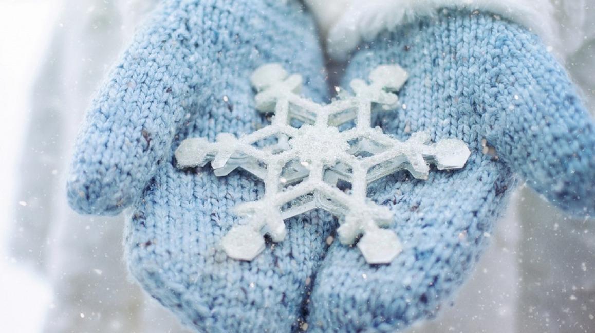 Winterfoto sneeuwvlok en handschoenen