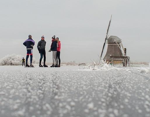 Schaatsers in de Ryptsjerksterpolder door Jaring Huijser