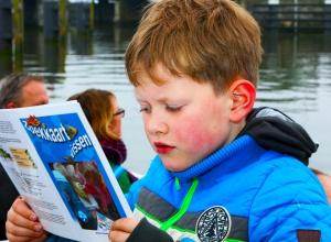jongetje met viskaart