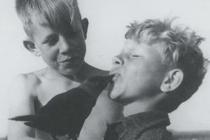 Gerard (l) en Hans (r) met hun kraai Hanskaa.