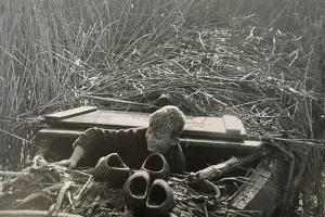 Hans 'test' de schuilboot in het moeras.
