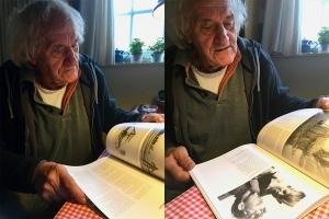 Hans Horreüs de Haas lezend in 'Onderduiker in het hart van Friesland' (maart 2020) ©Jorrit Brenninkmeijer