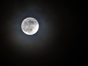 Door het licht van de volle maan zie je de sterren niet